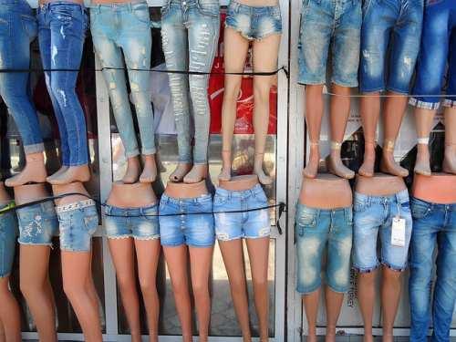 cbcd735360d1 Овеянная сейчас ореолом романтики, история джинсов на самом деле более чем  прозаична. В течение многих десятилетий они были дешевой повседневной  одеждой ...