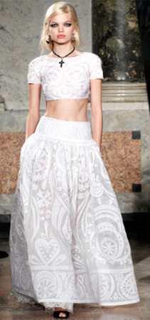В таком платье вы будете выглядеть не только шикарно, но и романтично. О кружевных свадебных платьях можно побольше узнать на сайте